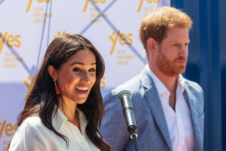 Meghan e princípe Harry discursam no Youth Employment Services Hub na África