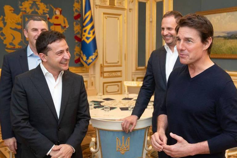 O presidente ucraniano Volodimir Zelenski, à esquerda, conversa com o ator e produtor Tom Cruise
