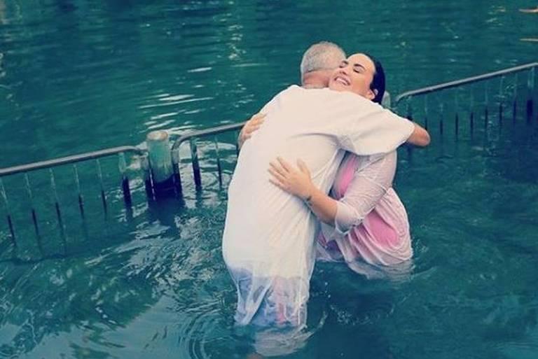 Demi Lovato é batizada nas águas do rio Jordão