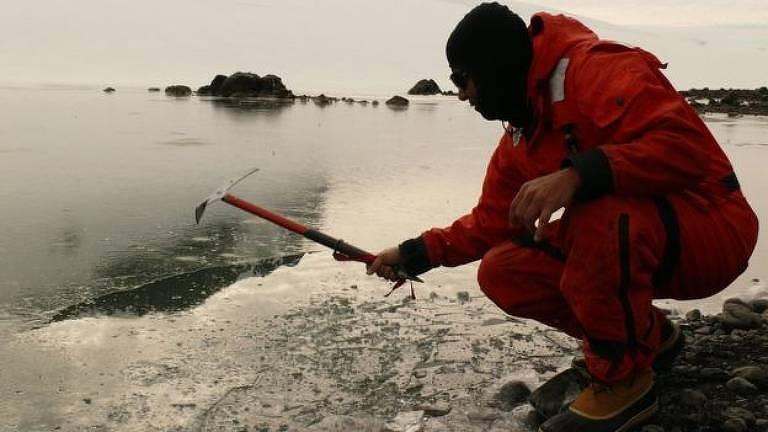 Pesquisador Luiz Henrique Rosa coleta água em lago na Antártida para realizar pesquisa com fungos