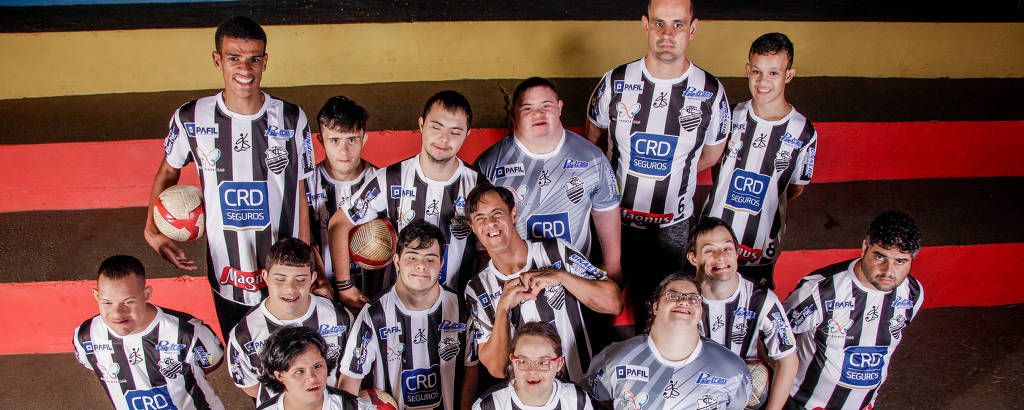 Jogadores de futsal de time para atletas com síndrome de Down, em Ribeirão Preto