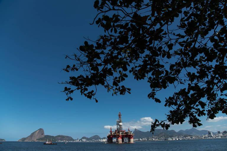 Plataformas atracadas na baía da Guanabara