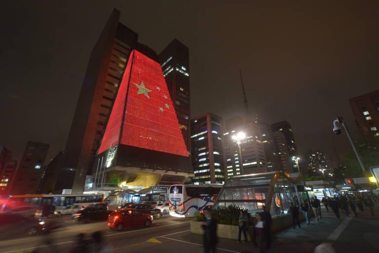 Sede da Fiesp na Avenida Paulista com a projeção da bandeira da China em comemoração dos 70 anos da revolução comunista