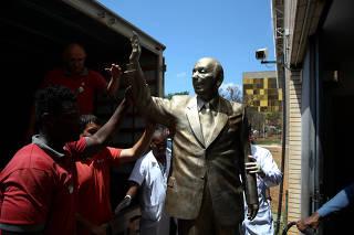 Funcionários descarregam estátua de Ulysses Guimarães na Câmara