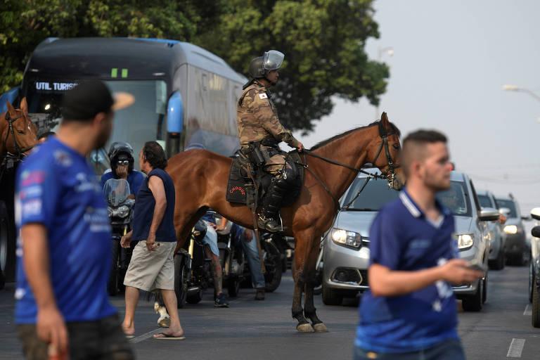Polícia observa torcedores do Cruzeiro antes de jogo contra o Flamengo no Mineirão