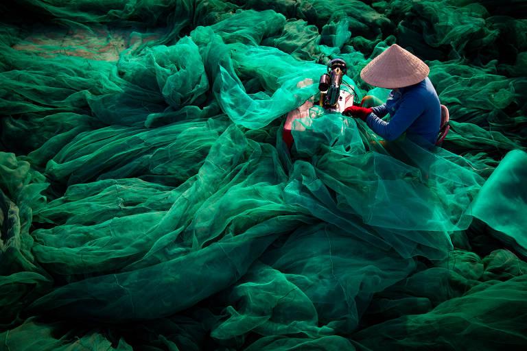 Coração do Oceano | Finalista | A pesca destrutiva feita com uma rede com pequenos furos causa devastação no ambiente marinho; métodos de pesca se tornam cada vez mais extremos à medida que as populações de peixes diminuem