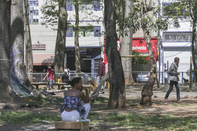 Movimento na praça Princesa Isabel, que já apresenta degradação após o término do período de adoção por seguradora
