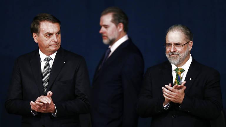 O presidente Jair Bolsonaro, o presidente do STF, Dias Toffoli, e o PGR, Augusto Aras, durante a posse deste último