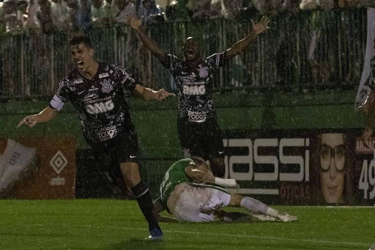 Danilo Avelar comemora o gol da vitória corintiana, com o atacante Vagner Love ao fundo, na Arena Condá