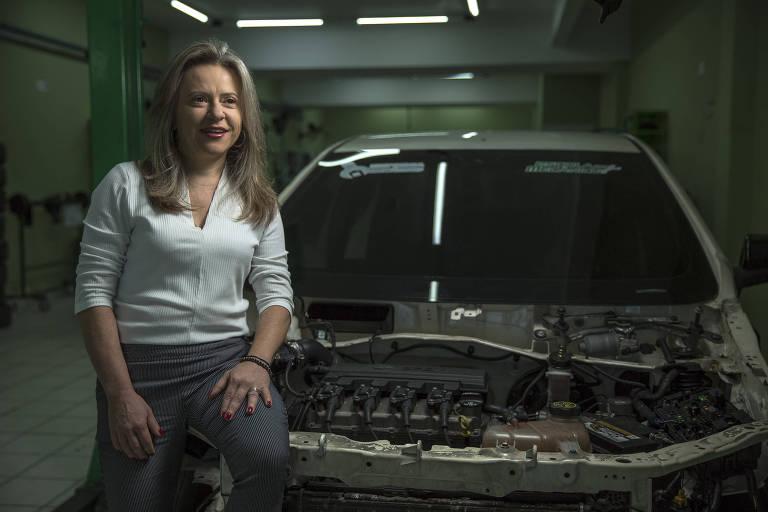 Sandra Nalli, dona da franquia Escola do Mecânico, em unidade da empresa, em São Paulo