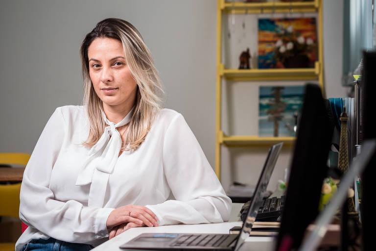 Gisele Gomes, dona da loja Manola, em seu escritório em São Paulo