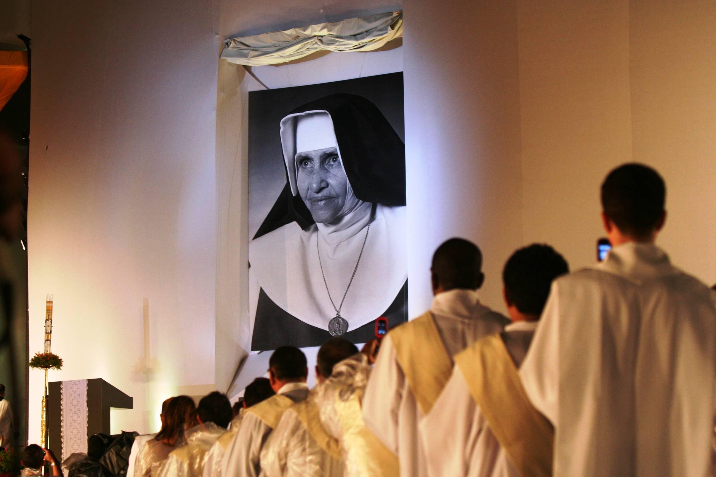 Foto de Maria Rita de Sousa Brito Lopes Pontes, a Irmã Dulce, durante a cerimônia de beatificação em Salvador, em 2011. Religiosa baiana será canonizada como Santa Dulce dos Pobres