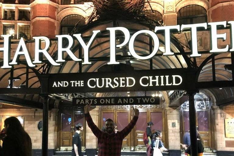 Harry Potter em frente ao teatro onde estava em cartaz a peça Harry Potter a Criança Amaldiçoada, em Julho