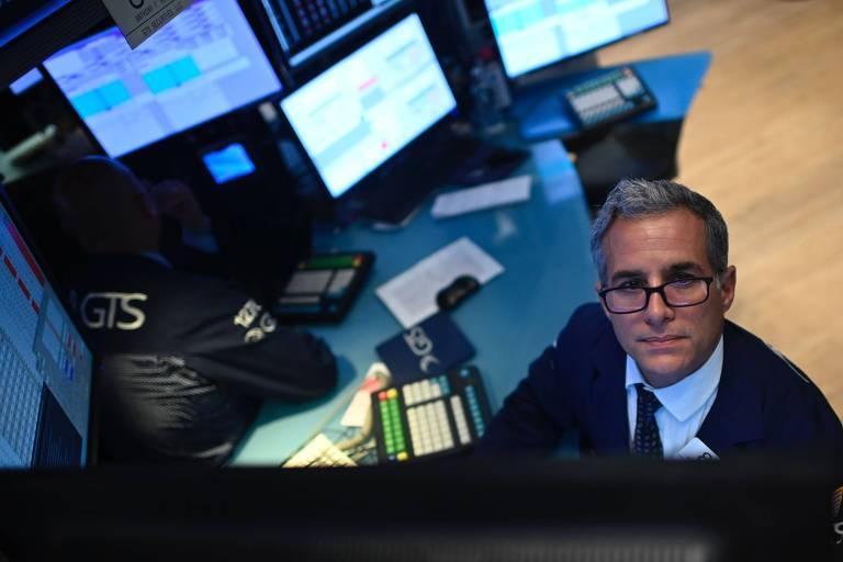 Operador trabalha no começo do pregão da Bolsa de Nova York