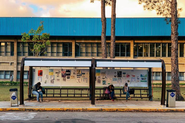 Ponto de ônibus diante da Faculdade de Economia, Administração e Contabilidade da USP, em São Paulo