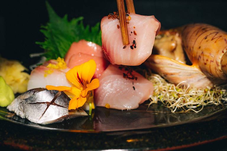 Sashimis e sushis servidos no restaurante Kuro, nos Jardins