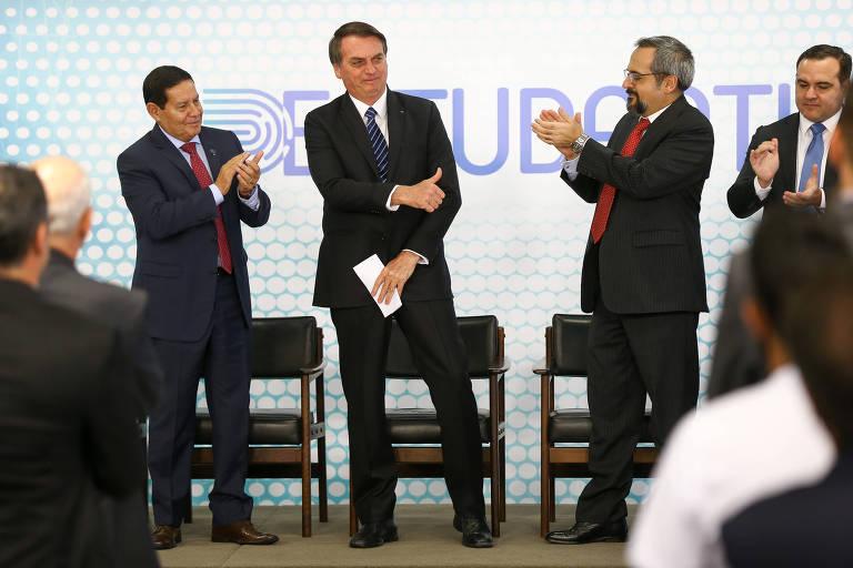 O presidente Jair Bolsonaro, ao lado do vice-presidente Hamilton Mourão, dos ministros Onyx Lorenzoni (Casa Civil) e Abraham Weintraub (Educação)