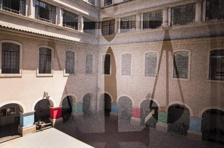 Fotos de pátio interno de prédio antigo sobrepostas