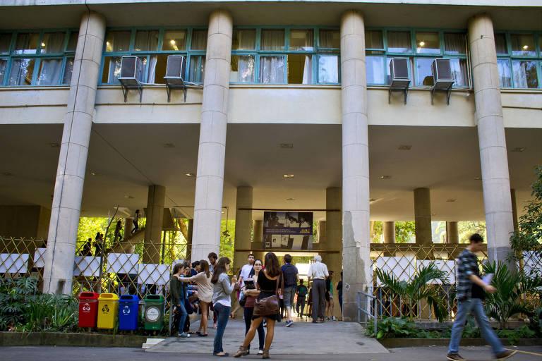 Alunos em frente a prédio de faculdade