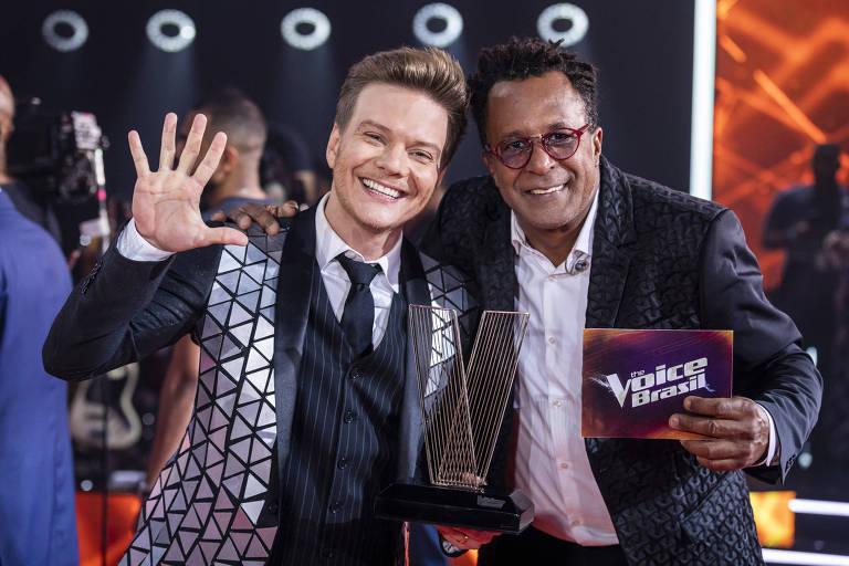Michel Teló comemora, ao lado do campeão Tony Gordon, a quinta vitória no The Voice Brasil
