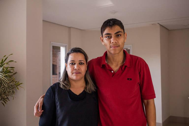 Marlene Cristina com o filho, Gabriel Fontabelle, 15 anos, conta que os funcionários da empresa explicaram que o curso de qualificação para o estudante custaria R$ 230, que foram pagos no cartão de crédito