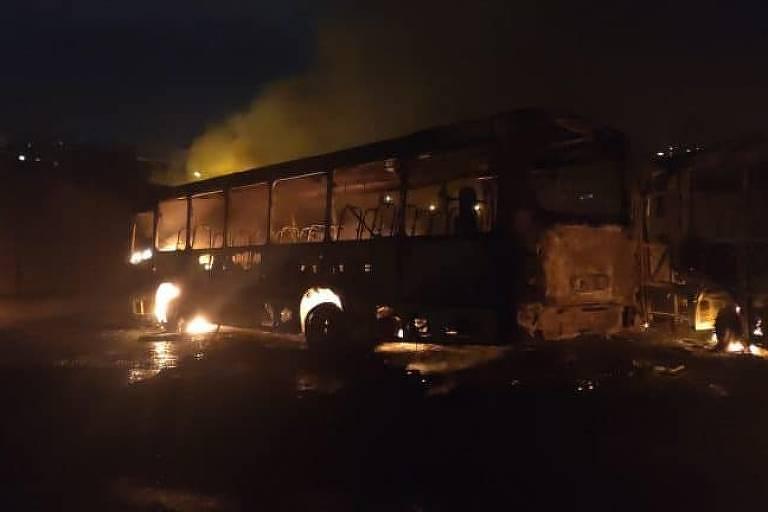 Ônibus incendiado na região do Complexo da Pedreira, na zona norte do Rio