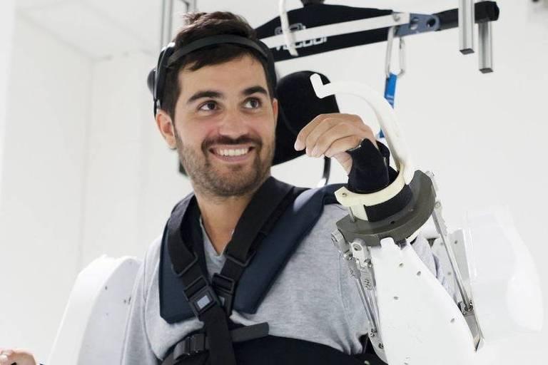 Um homem conseguiu mover seus quatro membros paralisados graças ao auxílio de um exoesqueleto controlado por sua própria mente