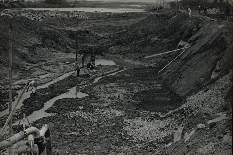 As obras da ensecadeira em que serão tratadas, com cloro e sulfato de alumínio, as águas poluídas do rio Pinheiros