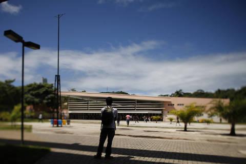 SALVADOR, BA, 25.08.2014: Praça das Artes no campus Ondina da Universidade Federal da Bahia (UFBa); ao fundo, prédio do Restaurante Universitário (RU). (Foto: Fernando Vivas/Folhapress)***EXCLUSIVO FOLHA***