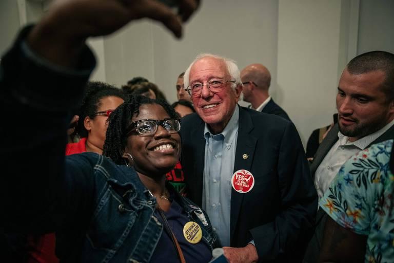 O senador americano e candidato democrata Bernie Sanders tira selfie com apoiadora durante comício em Chicago