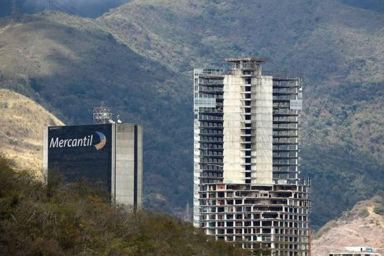 Entre os muitos edifícios abandonados no centro de Caracas, um dos mais emblemáticos é a Torre de David: os 45 andares foram quase totalmente ocupados por famílias de baixa renda (Getty Images)