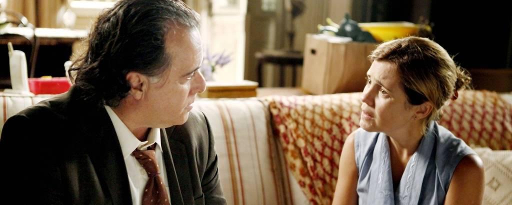 Genésio (Tony Ramos) conversa com Carminha (Adriana Esteves), em cena de