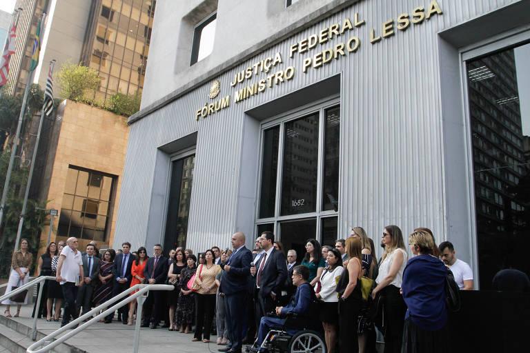 Juízes participam de ato em solidariedade à juíza Louise Filgueiras, na avenida Paulista, em São Paulo, nesta sexta (4)