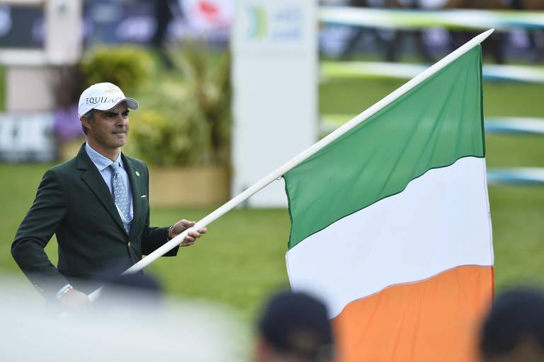 Rodrigo Pessoa com a bandeira da Irlanda, seleção treinada por ele, durante etapa da Copa das Nações