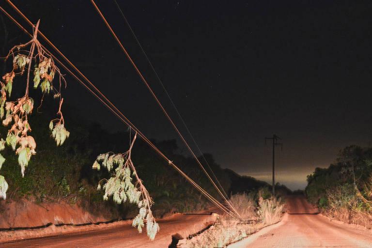 Fio de luz cortado na estrada vicinal que dá acesso à comunidade Cedral de Cima e região, interrompido pela lama do acidente em 01/10/2019 na barragem TB01 da mineradora  V.M, em Nossa Senhora do Livramento, Mato Grosso