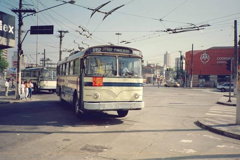 Ônibus 'saia e blusa' percorre a linha de Pinheiros em São Paulo