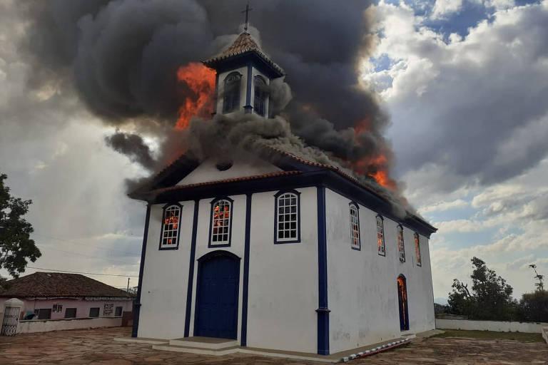 Um incêndio atingiu na tarde desta sexta-feira (4) a Capela de Santa Rita, em Diamantina, em Minas Gerais