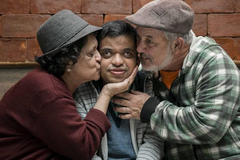 Margarida e Luiz Carlos Lagame com o filho João Pedro, 33 (centro), que só melhorou da epilepsia com canabidiol, em 2016