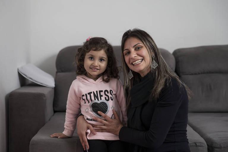 Adriana Albuquerque de Deus, 37, com a filha Rafaela, que usa remédio à base de Cannabis há cerca de três meses e já teve melhora na epilepsia refratária