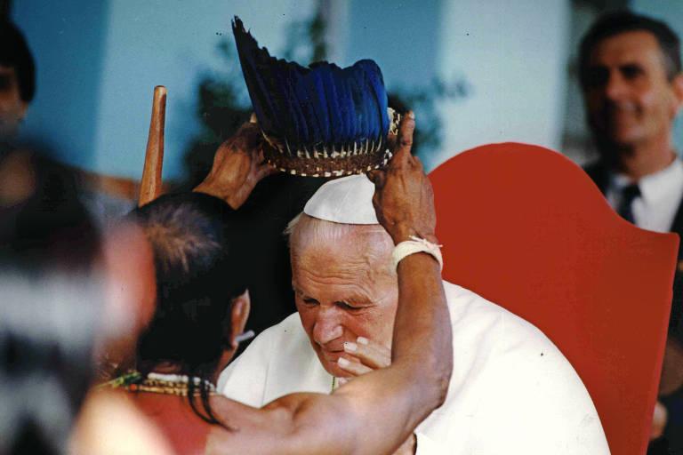 Papa João Paulo 2º recebe cocar das mãos de liderança indígena durante encontro em Cuiabá, em 1991