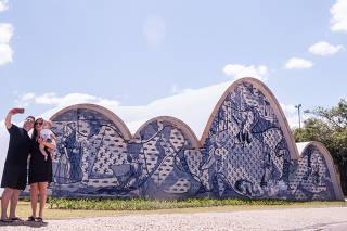 Turistas visitam a Igreja de São Francisco de Assis, na Pampulha, na capital mineira, que foi reformada