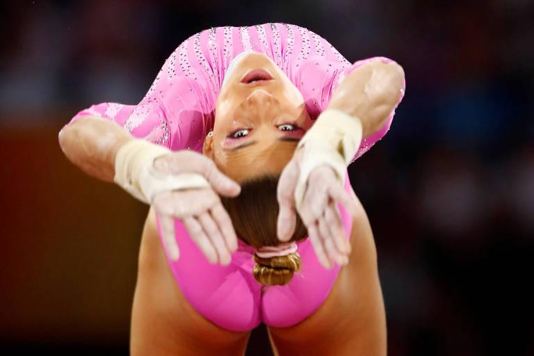 Jade Barbosa em ação durante o Mundial de ginástica artística