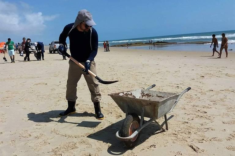 Operação da Semace na Praia do Futuro, em Fortaleza, recolhe 500 litros de óleo das praias