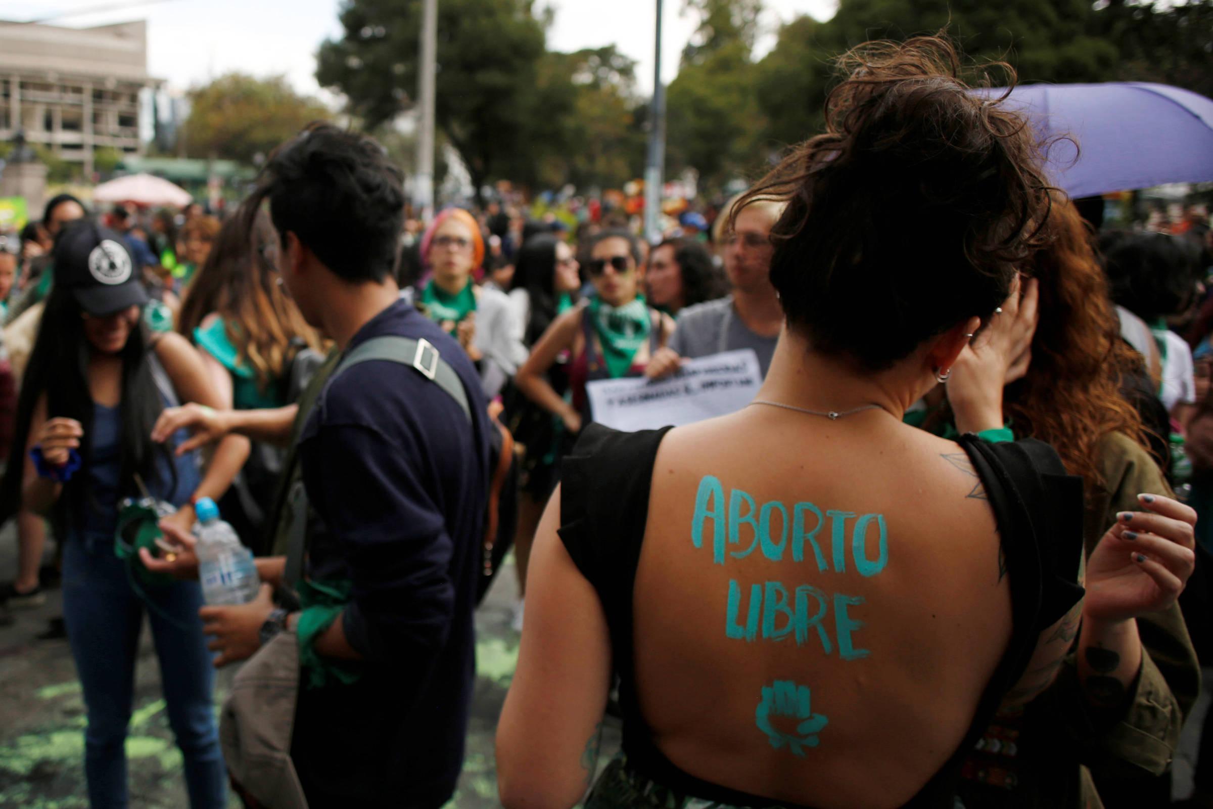 Mulheres protestam em Quito, no Equador, pela descriminalização do aborto