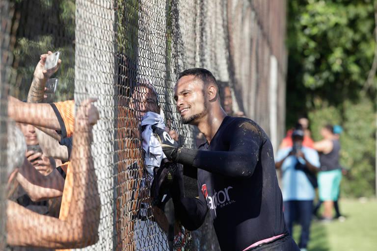 Goleiro Bruno faz selfies com torcedores do Poços de Caldas