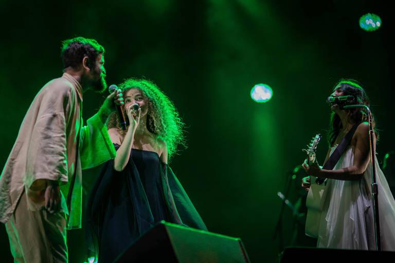 O duo Anavitória e o cantor Saulo durante apresentação no Rock in Rio, no palco Sunset