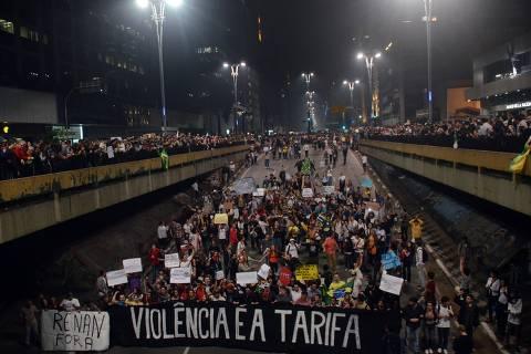 SÃO PAULO,SP, 18 Junho 2013 - Manifestacao em pela reducao do valor das passagem que acontece nesta terca feira 18 na Praca da Se regiao central de Sao Paulo. na foto manifestantes na avenida Paulista FOTO ALAN MORICI - BRAZIL FOTO PRESS *** PARCEIRO FOLHAPRESS - FOTO COM CUSTO EXTRA E CRÉDITOS OBRIGATÓRIOS ***