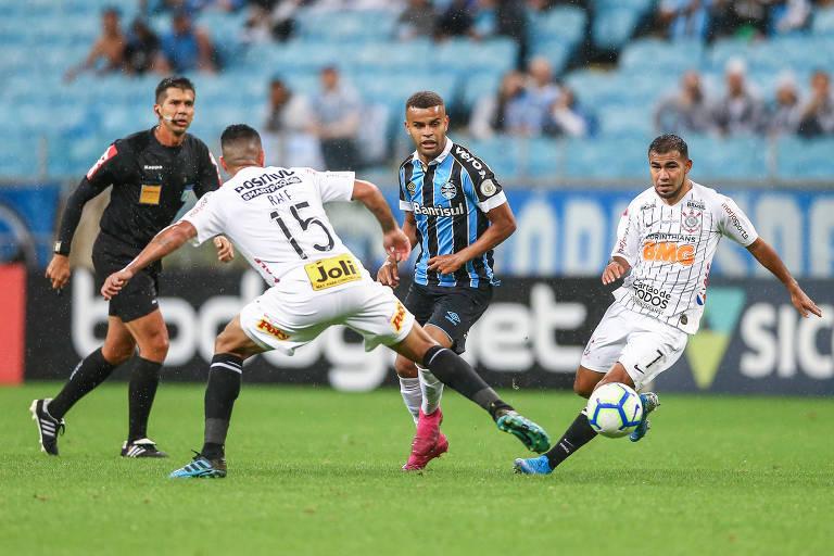 Corinthians Ralf (15) e Sornoza cercam o gremista Alisson no duelo deste sábado (5) na Arena do Grêmio, pelo Campeonato Brasileiro
