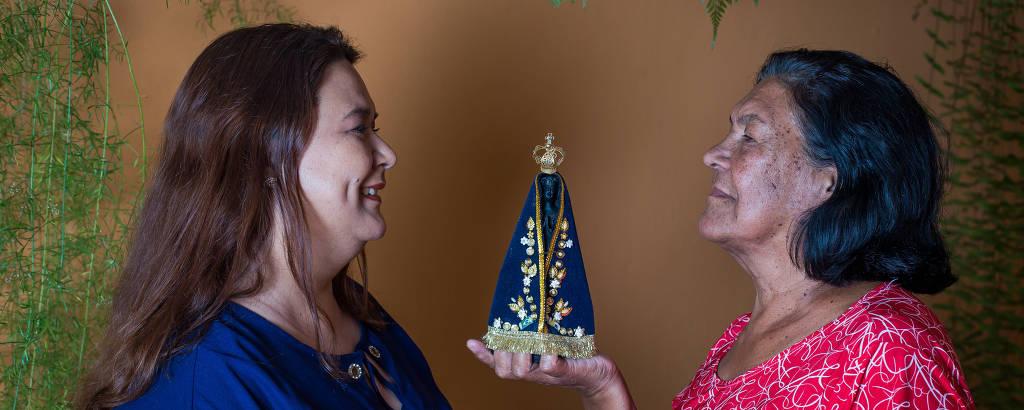 Elaine Aparecida e Glória Maria seguram imagem da santa
