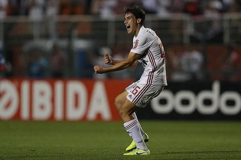 Igor Gomes festeja o seu gol, que deu a vitória para o São Paulo sobre o Fortaleza, no estádio do Pacaembu